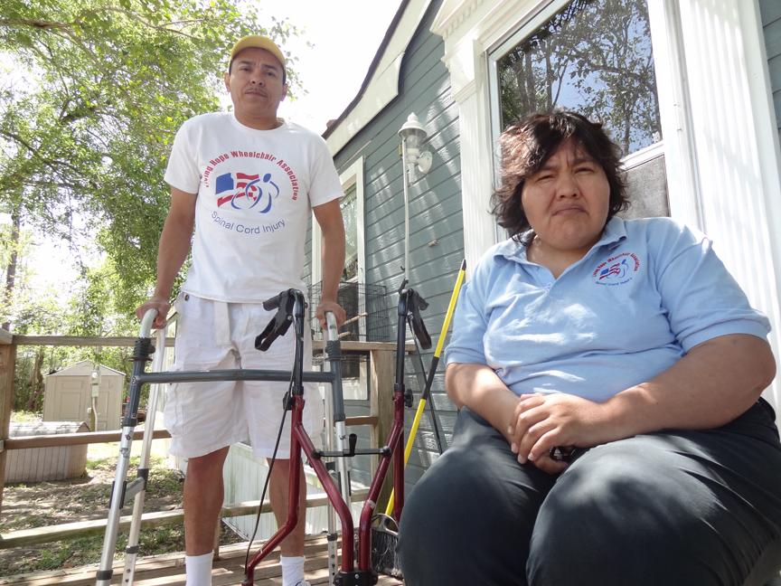 Raymundo Mendoza (izq.) y Martha Leticia Salgado batallan´para cubrir sus costos médicos. Una expansión de Medicaid en Texas los beneficíaría significativamente.