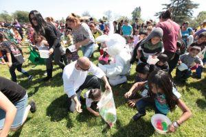 Niños tras el conejo pascual