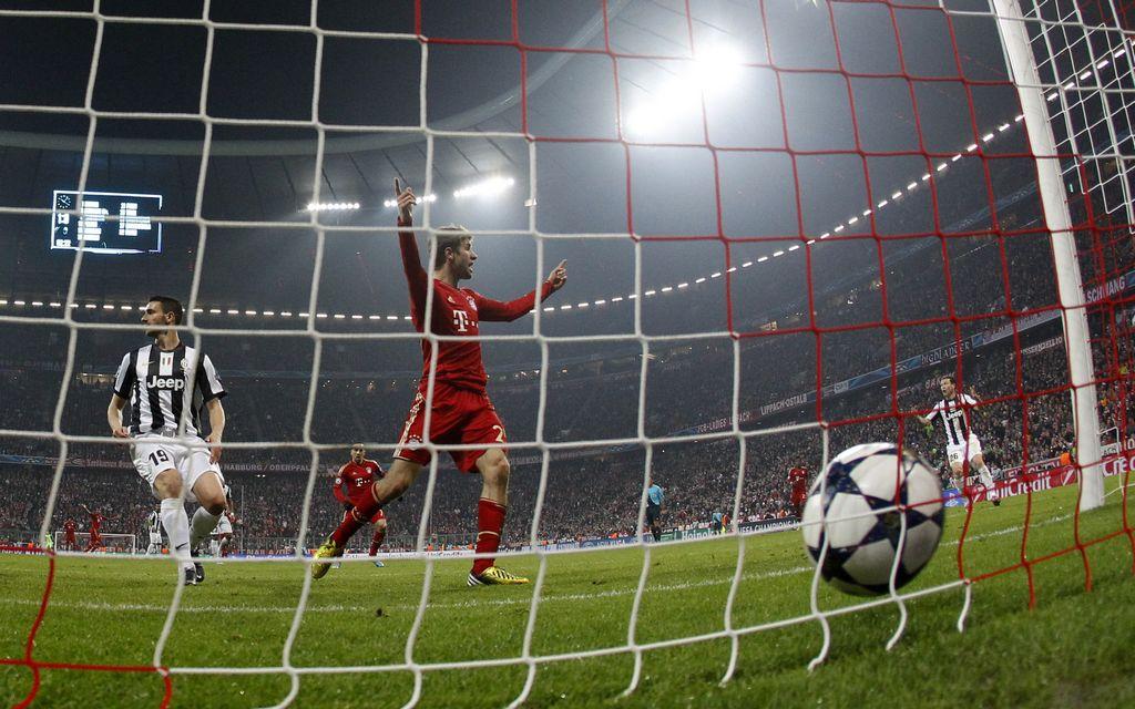 Bayern pone un pie en semis de la Champions (Fotos)