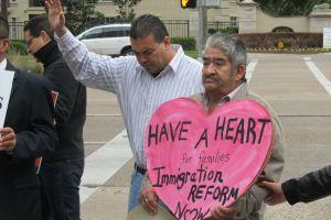 Con oraciones piden a Cornyn apoyar la reforma migratoria