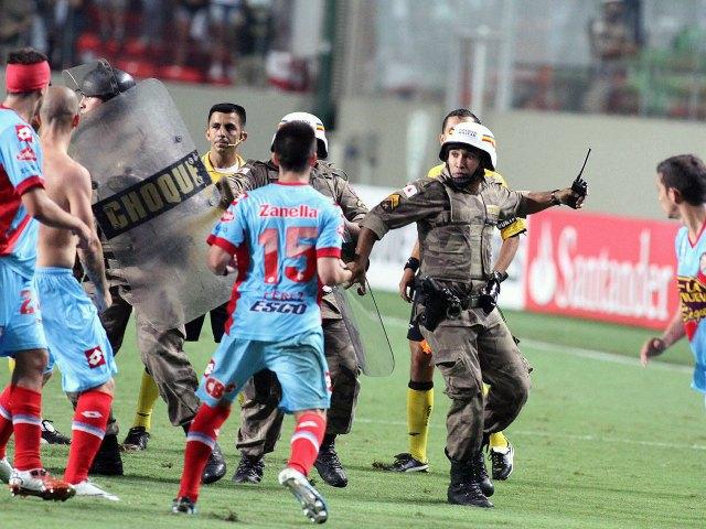 Conmebol reprueba agresión policiaca contra el Arsenal (Fotos y video)
