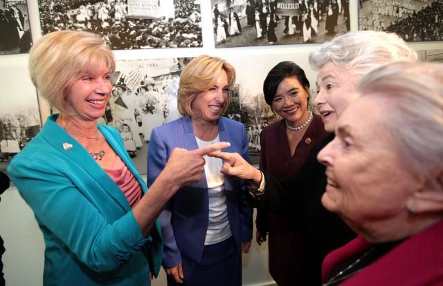 Legisladoras apoyan candidatura de Wendy Greuel