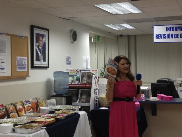 Salvadoreña recopila recetas de su país