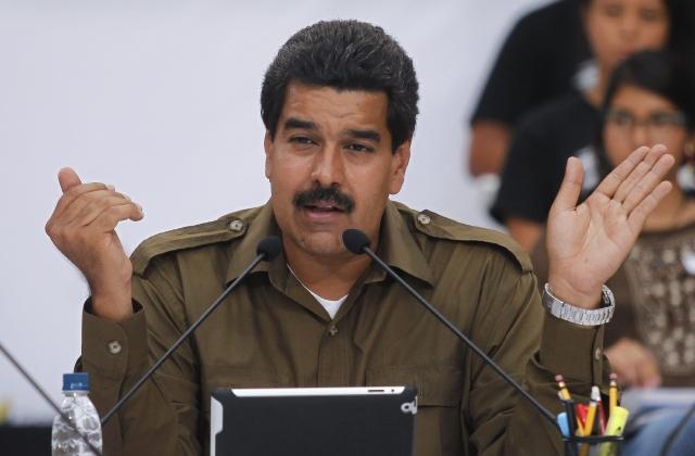 """Maduro sostuvo que ofrenda el convenio como un documento de paz y agregó: """"espero que todos los otros candidatos firmen este documento y le demos un mensaje de paz al país""""."""