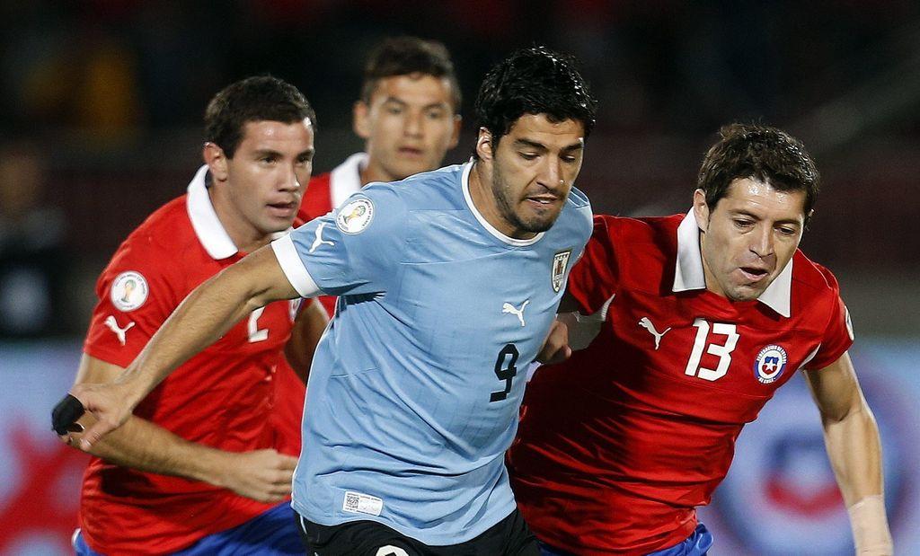 El uruguayo Luis Suárez debe mejorar actitud, pero no a instancias de una persecución de FIFA.