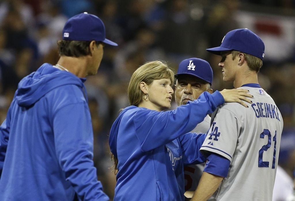 Greinke sale fracturado de pelea entre Dodgers y Padres (Video)