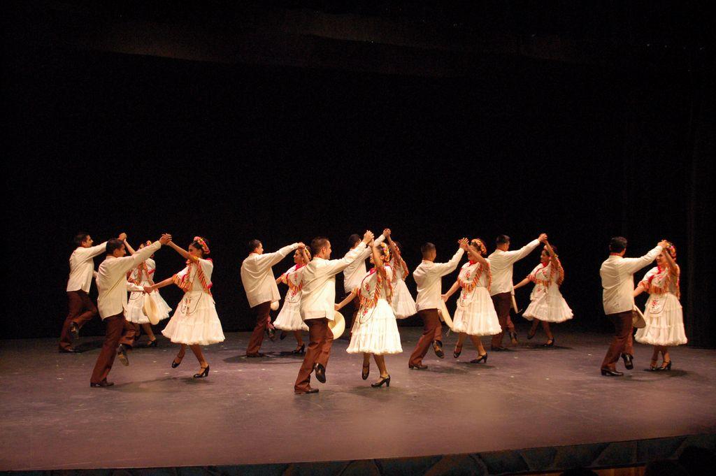 Los Danzantes de Aztlán durante una presentación en Fresno, California.