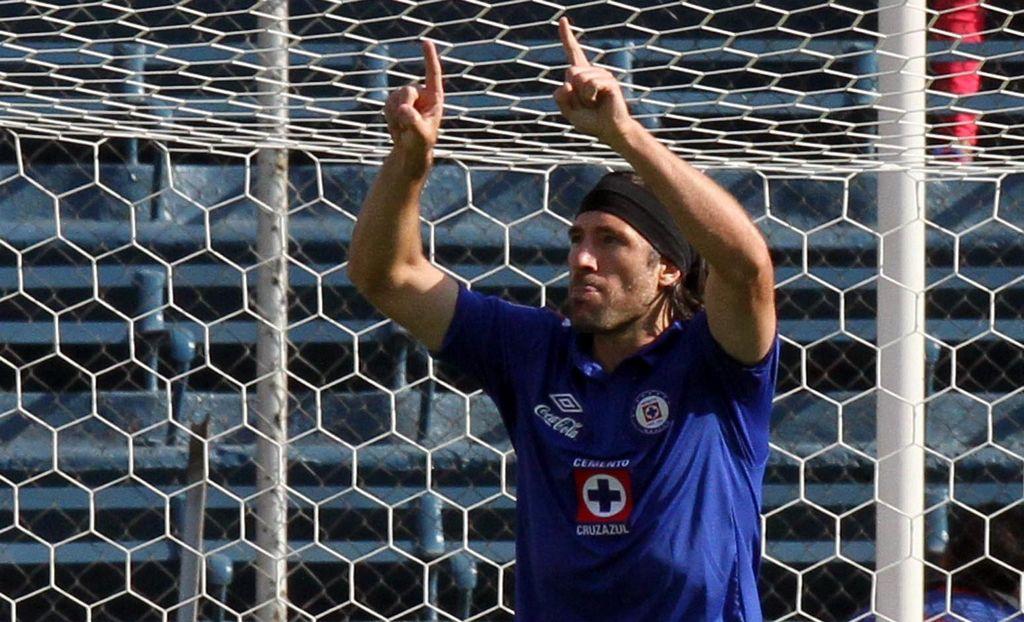 El Campeón de Copa humilla al de Liga. En la foto, Mariano Pavone festeja uno de los cinco goles celestes.