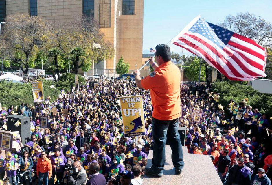 Empleados públicos protestan en las calles de LA