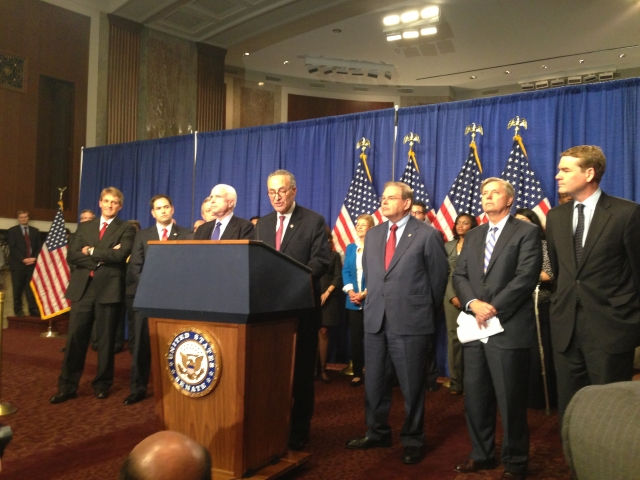 El 'Grupo de los Ocho' senadores reunidos en una conferencia de prensa  sobre la reforma migratoria (de izq. a der.): Flake, Rubio, Durbin,  McCain, Schumer, Menéndez, Graham y Bennet.