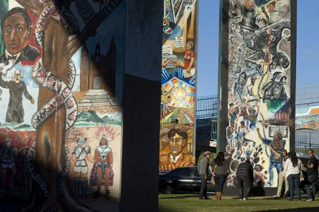Los  turistas se toman fotos frente a uno de los 70 murales que existen en el Parque Chicano de San Diego.
