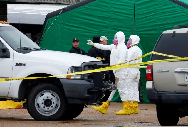 La casa de Everett Dutschke fue cateada ayer por decenas de agentes, algunos vestidos con trajes especiales para manejar materiales peligrosos.