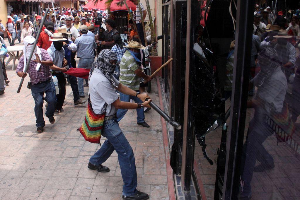 Gobierno mexicano condena actos de maestros (Video y Fotos)