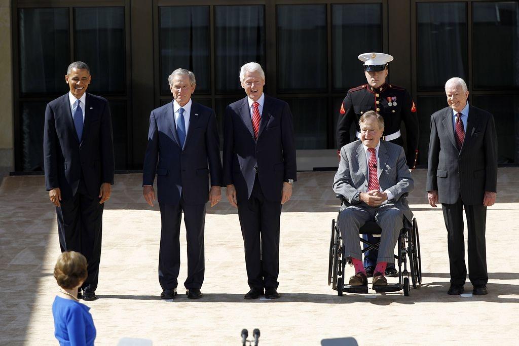 Obama y cuatro expresidentes se reúnen en biblioteca