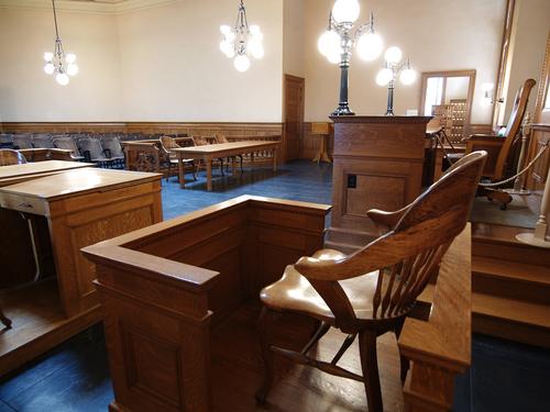 Las leyes actuales no permiten ser jurados a quienes no son ciudadanos.