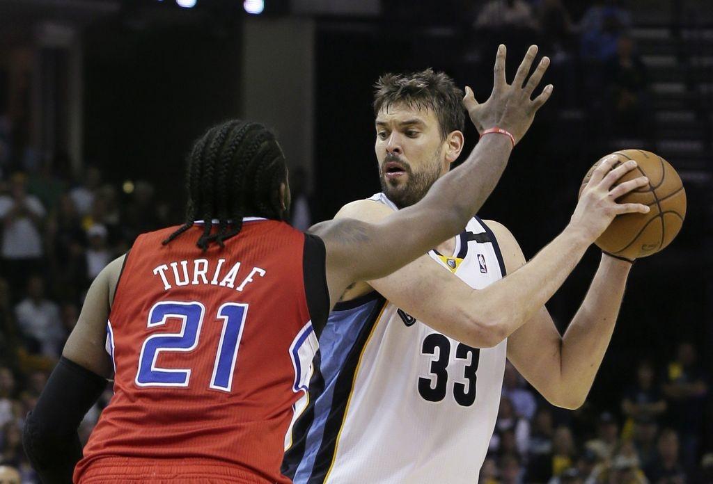 Gasol (33) marcó un doble-doble para que Memphisp derrotara a los Clippers.
