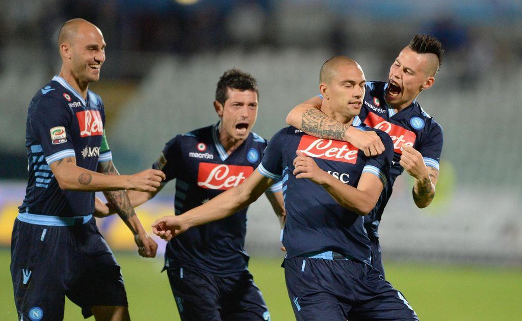 El centrocampista suizo del Nápoles, Gokhan Inler (2-R), celebra con sus compañeros el 1-0 al Pescara.