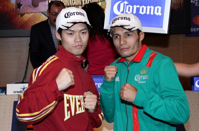 Akihiko Takagiri (izq.) y  Jhonny González posan tras el pesaje.