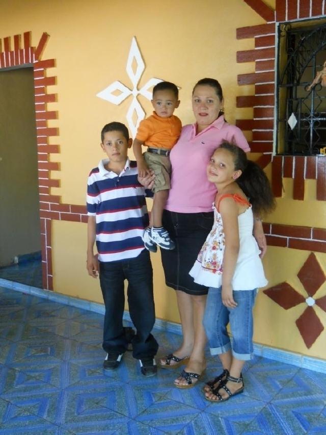Blanca Alfaro con sus tres hijos menores en El Salvador. La mujer nació en Houston y tiene un certificado de nacimiento que lo comprueba, pero el Gobierno dice que intenta entrar a los EEUU ilegalmente.