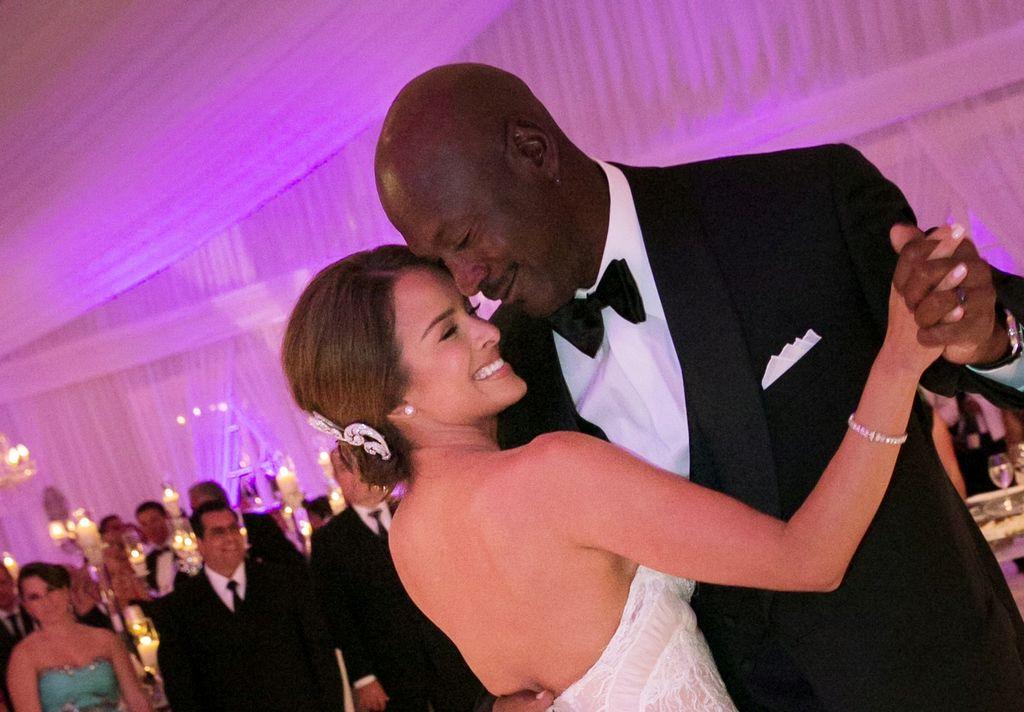Michael Jordan y su nueva esposa, Yvette Prieto, disfrutando de su fiesta de bodas.