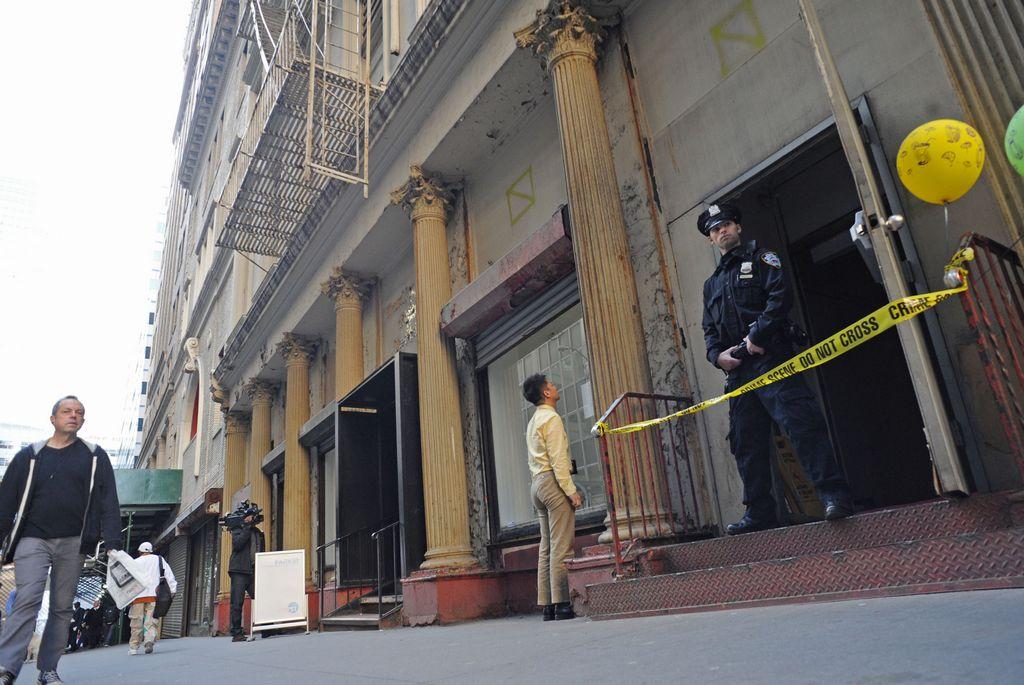 Las autoridades mantienen vigilancia en el edificio del bajo Manhattan donde la semana pasada fue hallada la pieza de un avión y ayer restos humanos.