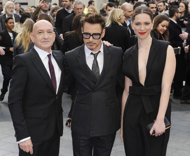 Sir Ben Kingsley (izq.), junto a Robert Downey Jr. y Rebecca Hall, en el estreno de 'Iron Man 3' en Londres hace unos días.