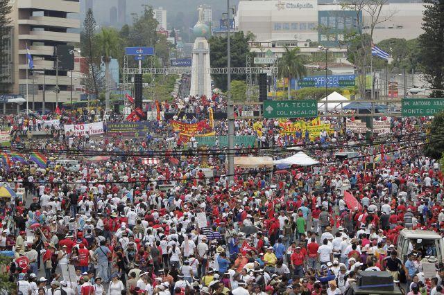 Decenas de organizaciones públicas e independientes partieron en tres marchas desde distintos puntos de la capital salvadoreña para celebrar el 1 de mayo.