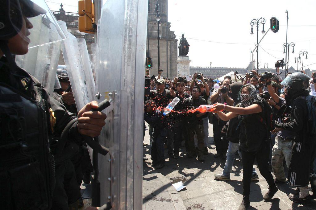 La Policía capitalina repelió a los encapuchados.