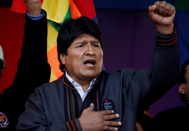 Morales también anunció hoy por decreto el primer aumento en once años para los empleados de las entidades gubernamentales.