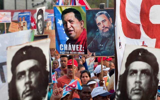 Cientos de personas participan hoy en el desfile por el Día Internacional de los Trabajadores, en la Plaza de la Revolución de La Habana (Cuba).