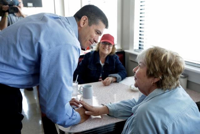 El candidato republicano al senado,  Gabriel Gomez, quien es hijo de inmigrantes colombianos, habla con una de sus seguidoras.