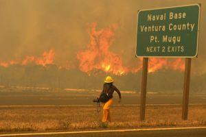 Nuevos peligros surgen del incendio en Camarillo al sur de CA