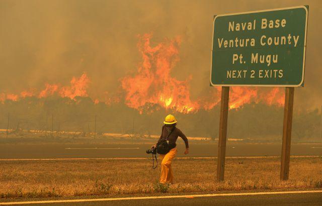 Un fotógrafo de prensa huye de las llamas en Pount Mogu, en el sur de California.