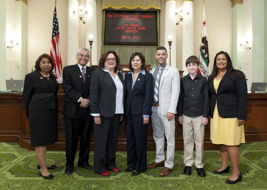 Legislatura de California reconoce a latinos