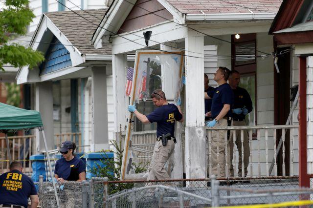El FBI reune pruebas en la casa donde las tres mujeres estuvieron secuestradas por casi una década.