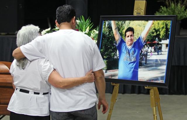 Bea Manzanares (izq) y Marco Martínez durante el velorio del árbitro Ricardo Portillo, que tuvo lugar el miércoles en Salt Lake City, Utah.