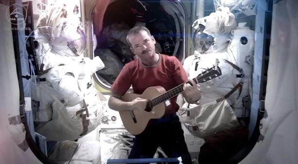"""Astronauta graba """"cover """" de David Bowie para despedirse del espacio"""