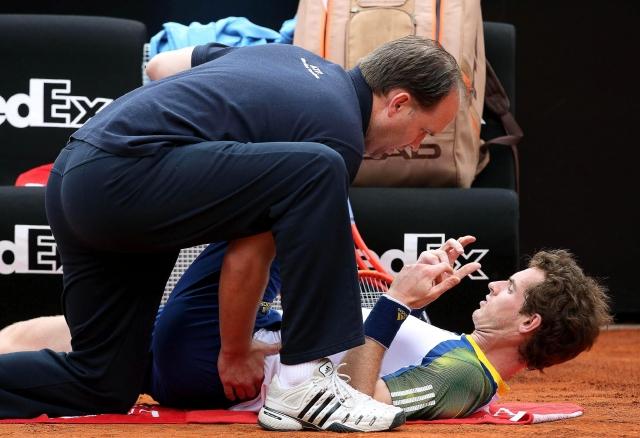 El británico Andy Murray recibe tratamiento de su fisioterapeuta por los problemas de espalda que sufrío en su partido de ayer en Roma.