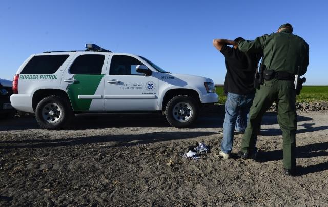 """Niño de 14 años interceptado por """"La Migra"""" conduciendo camioneta con 12 indocumentados"""