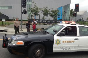 Hombre que amenazó colegios de California es arrestado