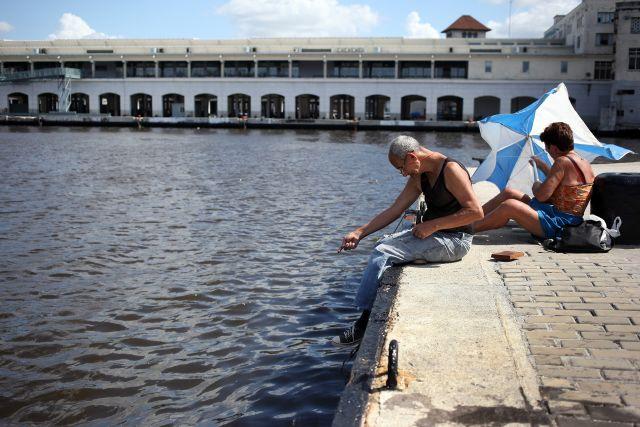 Cubanos en un puerto en La Habana.
