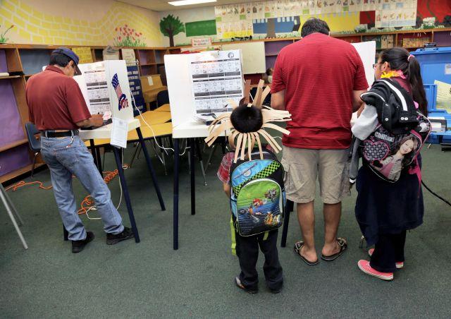 Residentes del este de LA ejercen su derecho al voto