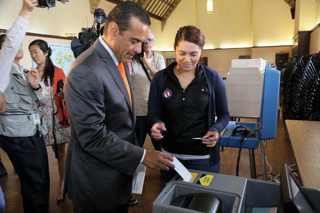 Villaraigosa vota por su sucesor en LA (Fotos)