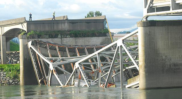 Autoridades buscan solución temporal para puente caído