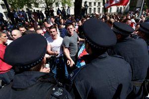 Ultras se manifiestan contra musulmanes en Londres