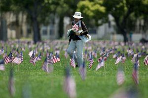 EE.UU. rinde honores a sus muertos en combate