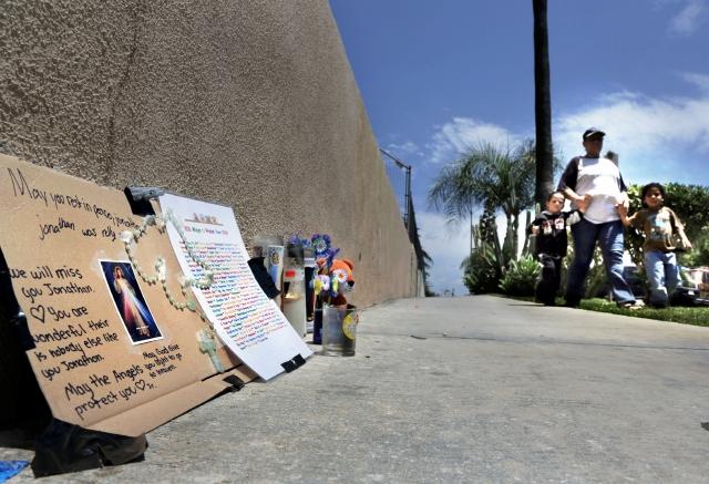 Vecinos de Westlake colocan un altar callejero en memoria del niño supuestamente asesinado por su padrastro.