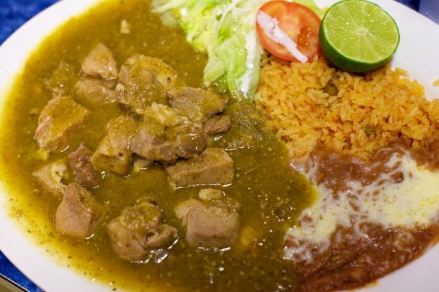 Chile verde,  elaborado con carne de puerco y salsa con sabor casero.