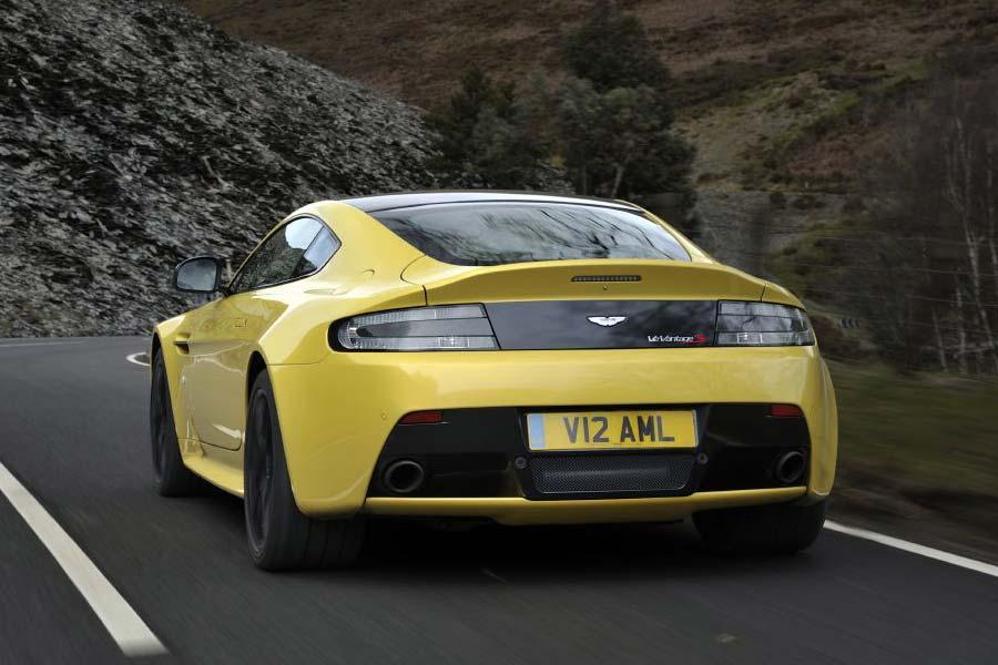Aston Martin aligera su modelo en 25Kg. lo que le permite desarrollar más potencia.