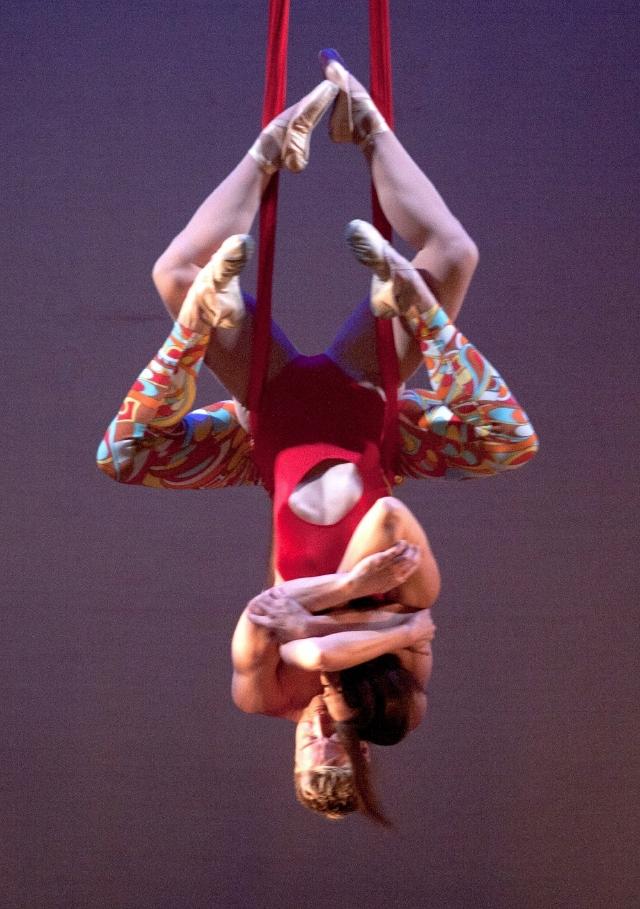 Bailarines acróbatas del Ballet Luminario en una de sus presentaciones.
